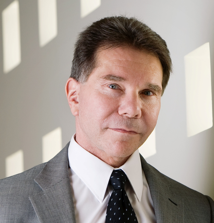 robert cialdini I had the pleasure of sitting down with dr robert cialdini, bestselling author of presuasion and influence: the psychology of persuasion at the behavioral science and marketing summit in san francisco dr cialdini is widely acknowledged to be one of the pioneers in the field of behavioral science and social psychology.