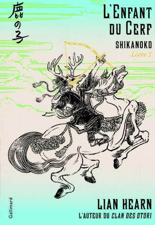 Couverture du livre. Elle est en dégradée de turquoise en haut et en bas avec du blanc (et des montagnes dessinées en vert) au centre. Un personnage à cheval avec une tête de cerf, un arc doré, et un habit traditionnel japonais est dessiné en noir au centre de la couverture.