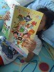 Bagaimana hendak menyalakan 'api' suka membaca di kalangan anak-anak kecil? Terutamanya bahan bacaan berbahasa Inggeris? Berikan mereka komik. Ni gambar anak sulung saya membaca koleksi TINY TITANS dari DC Comics.