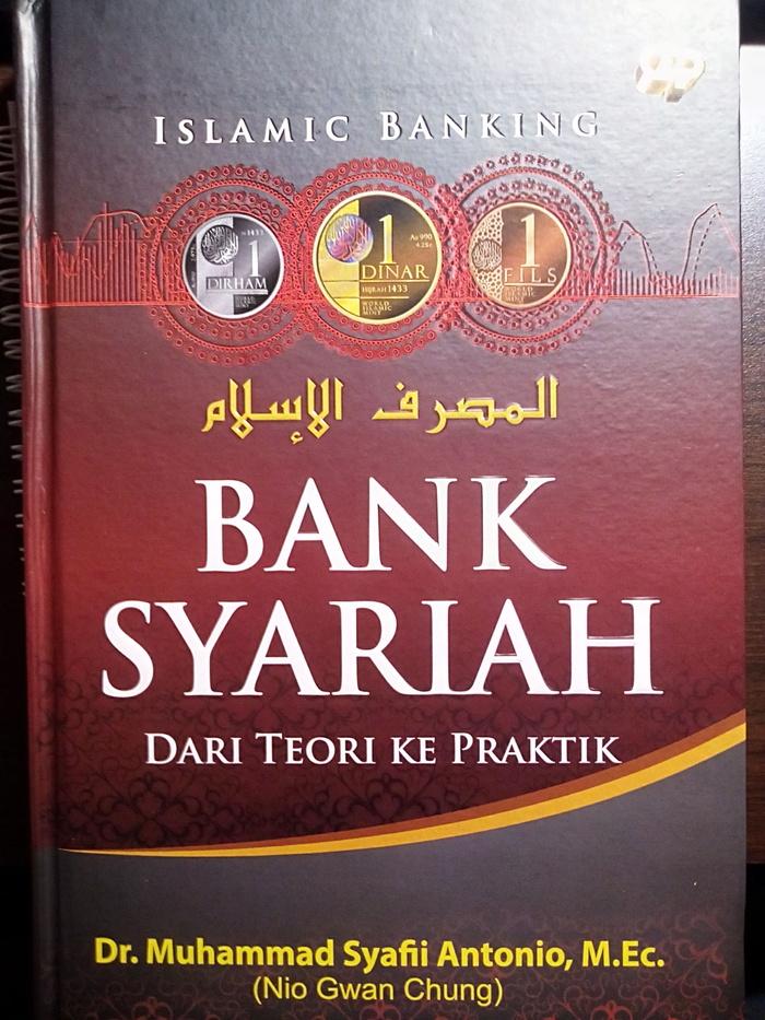 "Cover buku difoto oleh Azhar Rafiq. Buku ini berjudul ""Bank Syariah dari Teori ke Praktik"" ditulis oleh Dr. Muhammad Syafii Antonio, M.Ec."